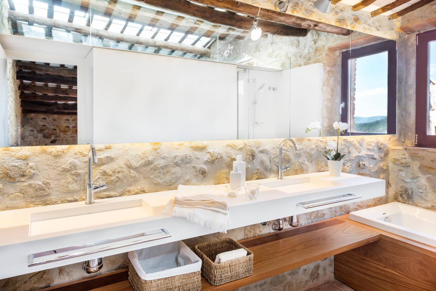Interiorismo casas de pueblo gloria duran estudio de for Duchas rusticas piedra
