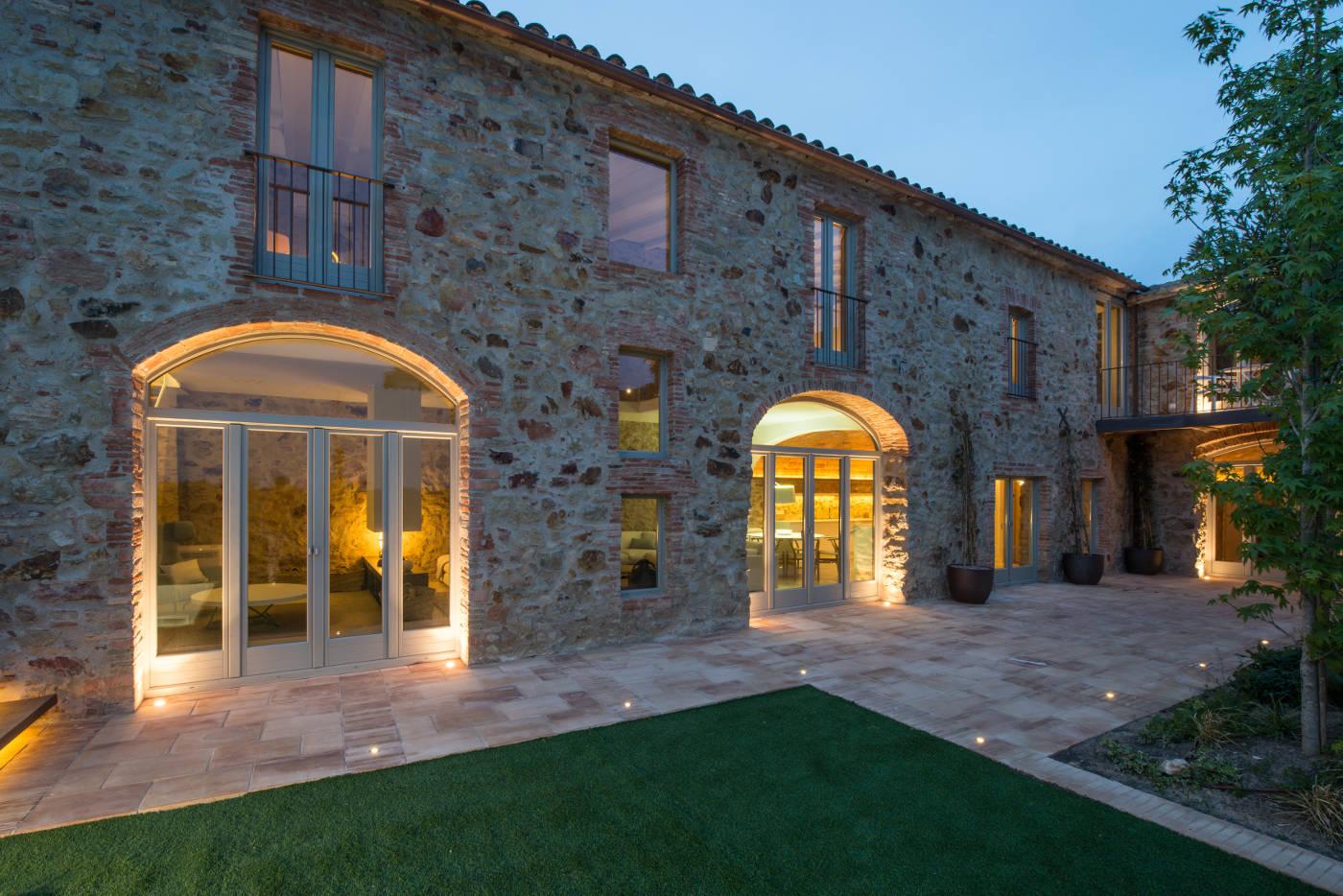 Reforma e interiorismo casa de pueblo pals gloria duran for Iluminacion exterior fachadas