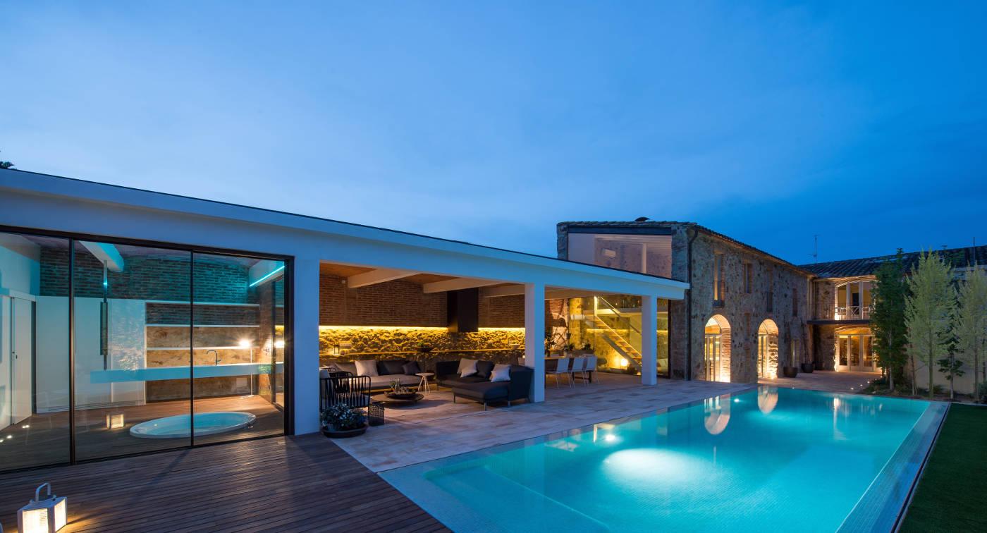 Reforma e interiorismo casa de pueblo pals gloria duran for Casas con porche y piscina